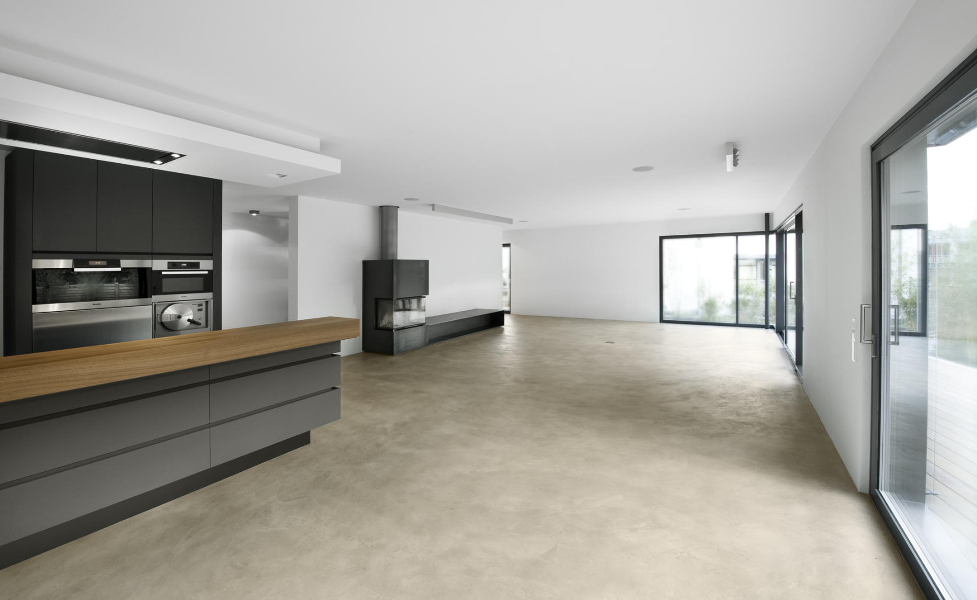 Wohnbereich und Küche mit einem gespachtelten Sichtestrichboden